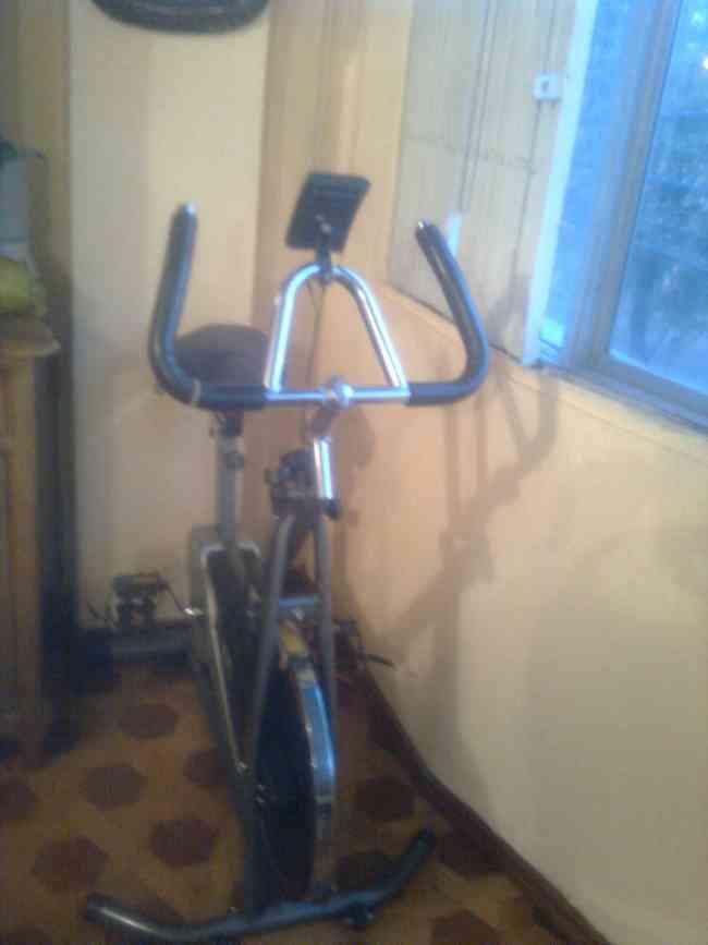 De venta bicileta estática para hacer ejercicios desde su casa.