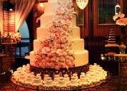 torta falsa decorada con rosas y perlas