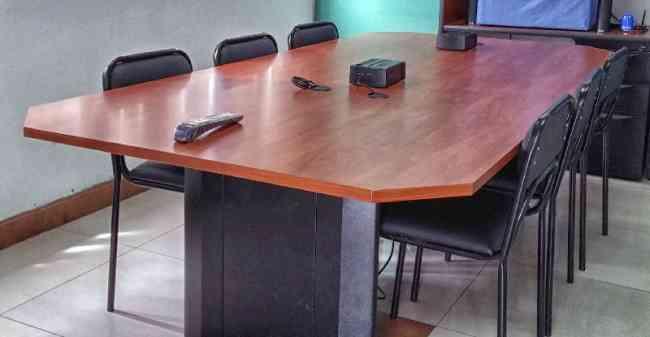 Mesa de reuniones y Pizarra de tiza líquida (Negociables)