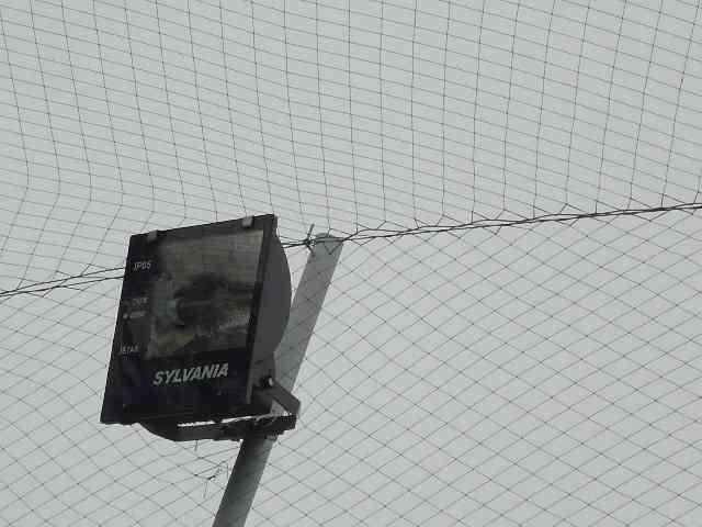 Malla para proteccion de luminaria de canchas deportivas
