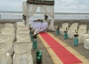 Excelente boda en la playa al pie del mar