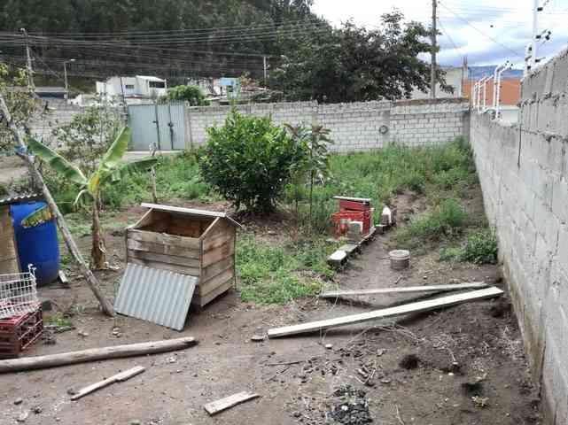 SE VENDE EN OTAVALO, TERRENO DE 435 M2 CON UNAS MEDIAGUAS