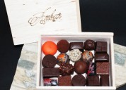 Caja de bombones de chocolate de 9 uds. y 20 uds. artesanales de calidad con cacao fino de aroma.