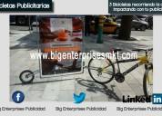 3 bicicletas yendo por la ciudad con tu publicidad