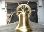 Campanas de bronce con timón de barco en ecuador